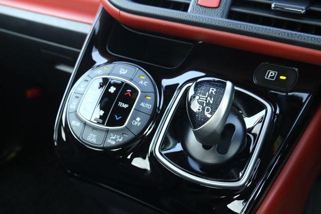 トヨタ 新型「ヴォクシー ZS ハイブリッド」のシフトノブとエアコンスイッチ