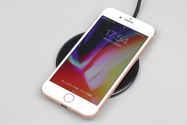 最新のiPhone XとiPhone 8/8 Plusは、充電器に置くだけで充電できるワイヤレス充電に対応する