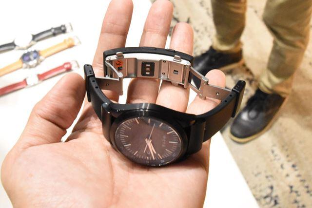 「wena wrist active」は、ダブルバックル構造を採用。その間に心拍センサーを搭載する
