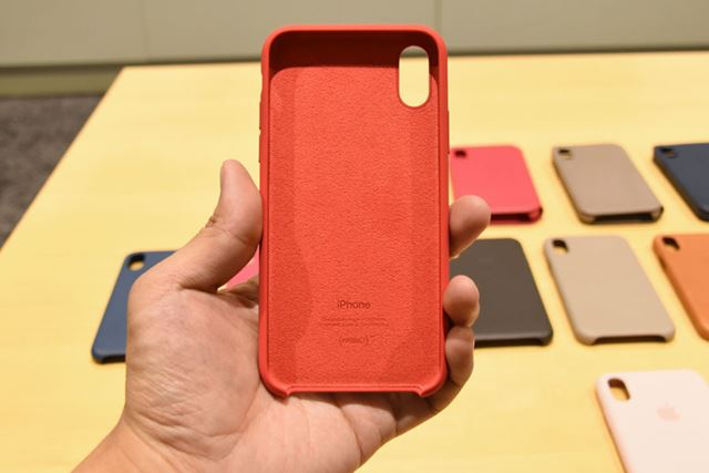 内側にはやわらかなマイクロファイバー素材を使用。iPhone Xとやさしく接し、傷がつきにくい