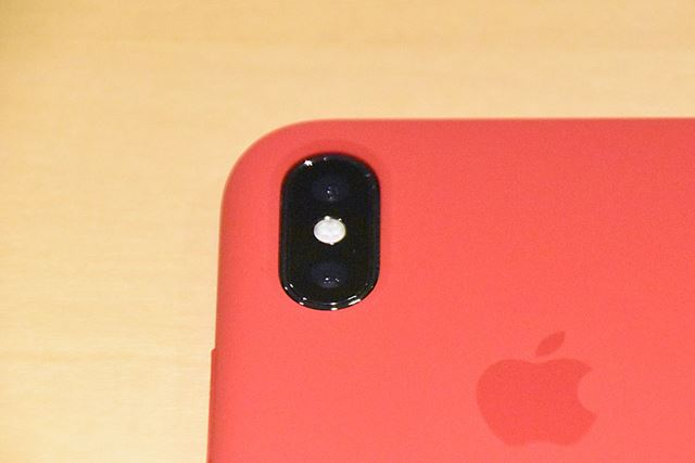 カメラの穴は、純正品ならではの、文句のつけようがないぴったりサイズ