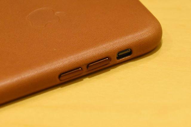 ボタンカバーは、ケース本体の色と同系色のアルミニウム製。逆側の電源ボタンも同仕様