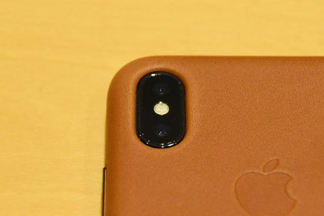 カメラの穴は、飛び出たiPhone Xのカメラにぴったりとハマる