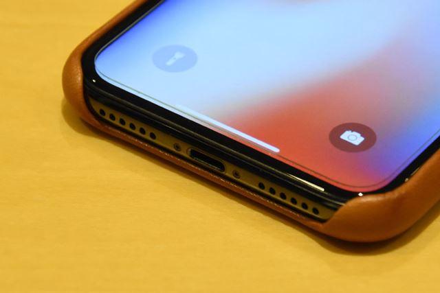 下部の切り込みも、「iPhone Xシリコーンケース」と同じサイズ
