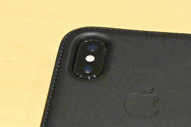 カメラの穴のサイズは、当然ぴったり。カバーの周囲を囲む縫い目もしっかりしている印象だ