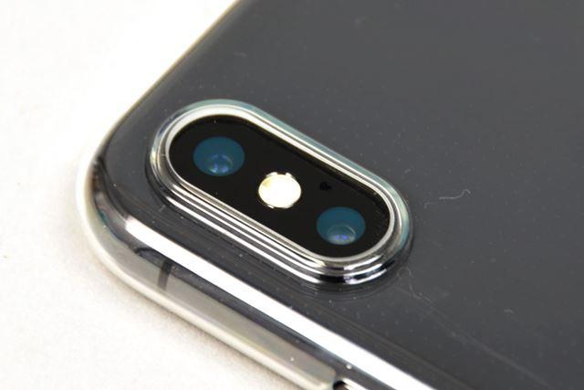 穴のフチの高さは、iPhone Xのカメラよりも少し高めで、カメラが傷つくのを防ぐ
