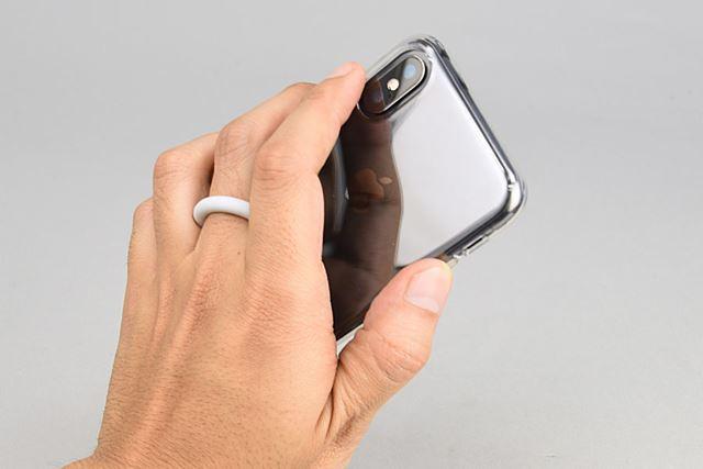 360°回転するリングに指を通すことで、iPhone Xを片手でもしっかり持つことができ、親指操作の安定感が増す