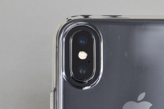 カメラの穴は少々大きめ。背面はもともと厚めで、カメラよりも高い