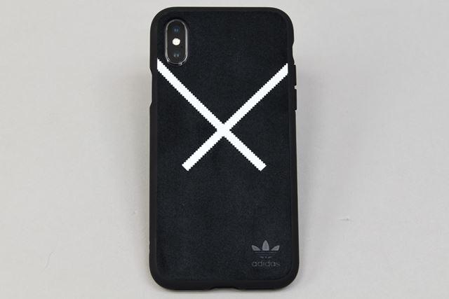 背面の「ウルトラスウェード」素材の上に、ダイナミックな白い「X」のロゴを施し、上品さを添えている