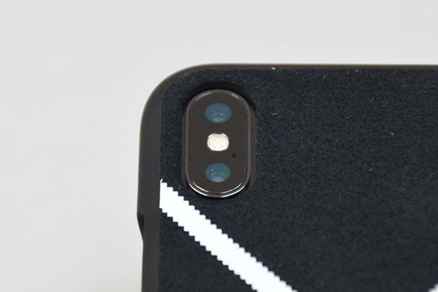 カメラとカバーのフチの間に隙間あり。「ウルトラスウェード」はカメラより高い