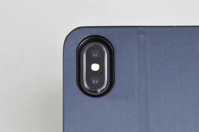 カメラの穴は深めで、カメラよりもケースのフチのほうが2mmほど高い。隙間も広め