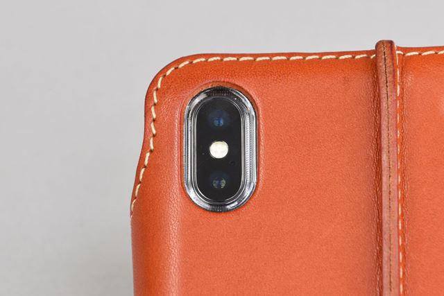 クリアケースに開いたカメラの穴は、純正品と同じくらいのピッタリサイズ。レザーの切り口も美しい