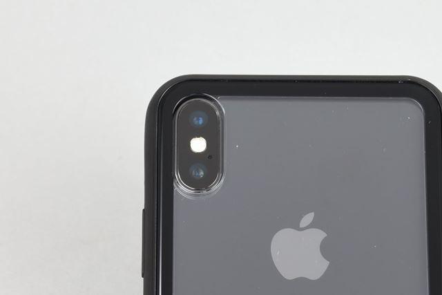 カメラ穴の縁とカメラの間には微妙に隙間あり