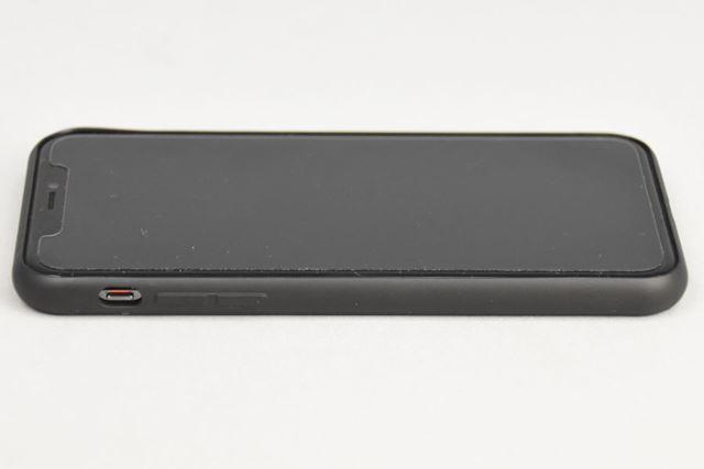 側面のTPUは薄いため、音量ボタンは押しやすい。マナーモード切り替えスイッチも、操作しやすい