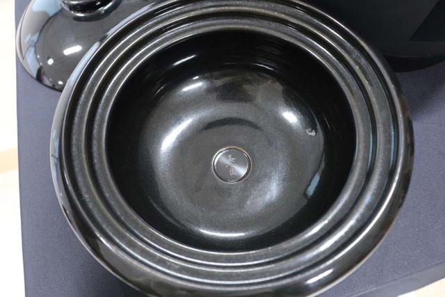 鍋底には、熱源を感知するセンサーが埋め込まれている