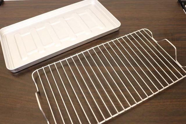 焼き網(手前)とベイキングトレイ(奥)が付属。ベイキングトレイは焼き網に重ねて使用します