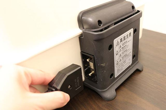電源コードの接続部はマグネット式で、コードの長さは1.8m