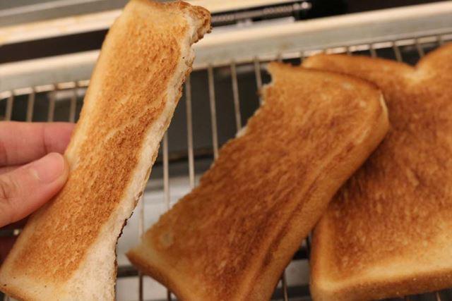 裏面を焼きすぎるも、焼き上がりは上々。外はかりっと、中はふんわりの普通においしいトーストです