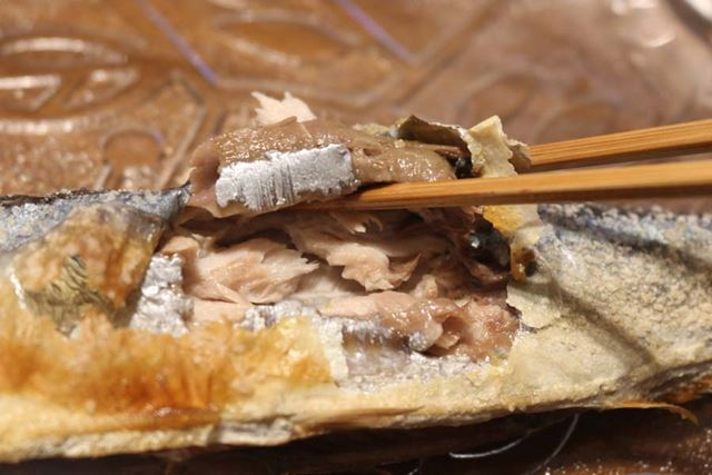 食べてみると、しっかり火が通っています。身はしっとりしつつ、皮はパリパリでおいしい!