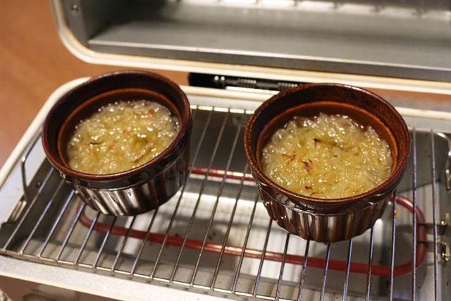 焼いたたまねぎをコンソメスープに入れ、「上下ヒーター」で5分焼く