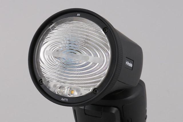 円形のフレネルレンズを採用するなどして滑らかに広がる光を実現