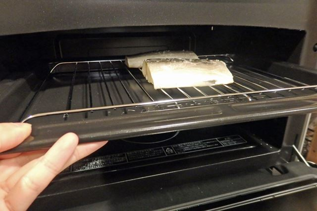 角皿に焼き網を載せ、塩をふったさばを並べて庫内上段にセット