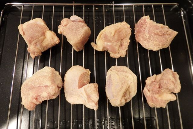 鶏肉に市販のから揚げ粉をまぶし、焼き網に並べたら準備完了