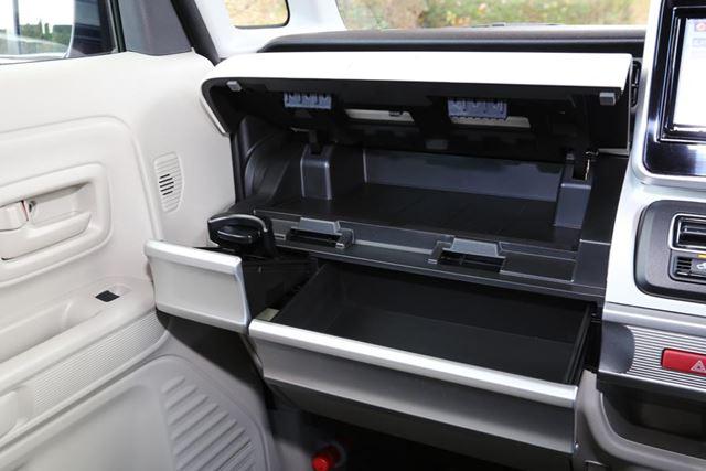 助手席側インパネにある「インパネ収納ボックス」。画像は開いた状態
