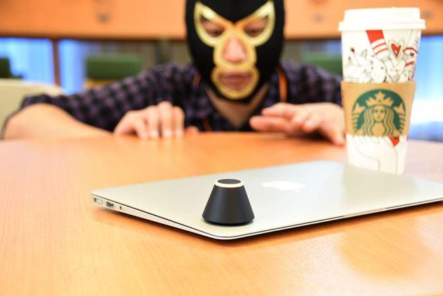 ノートPCの上にのせているのが、「トレネ」。カフェなどでの置き引き対策ができるデジタルツールだ