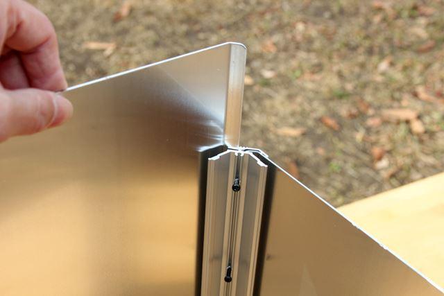 まず、本体を組み立ててみましょう。支柱にパネルをスライドさせれば、ほぼ外側の部分は完成します
