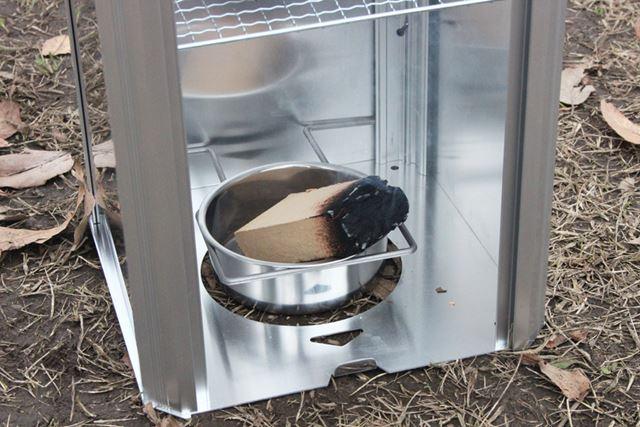 着火したスモークウッドをチップ皿に入れます。十分に火が付いていないと途中で消えてしまうので注意