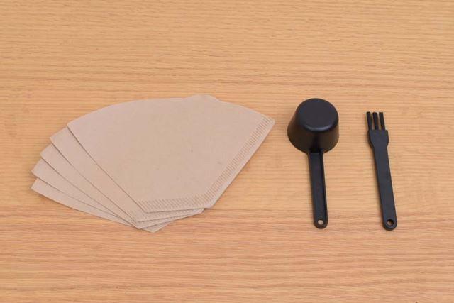ペーパーフィルター5枚と、計量スプーン、ミル刃のメンテナンスなどに使用するお手入れブラシが付属する