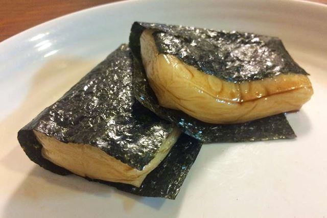 チンしたお餅におしょうゆを付けて海苔(のり)で巻いた「磯辺(いそべ)焼き」にしたり♪