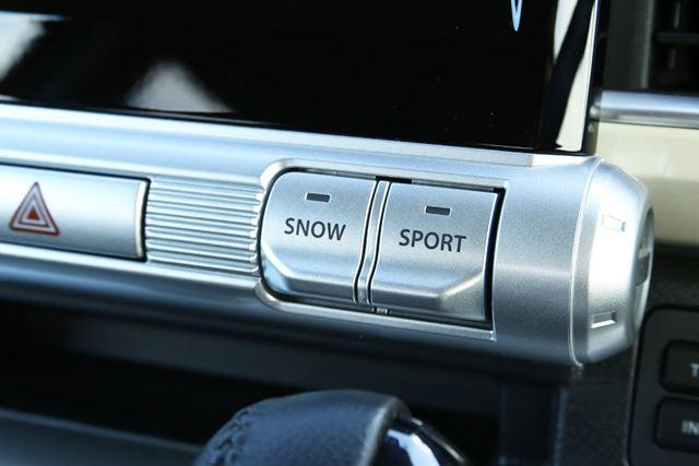 カーナビ下に設置されている「スポーツモード」「スノーモード」スイッチ