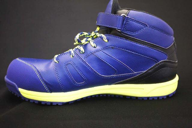 靴ひもタイプですが、足首に面ファスナーでの補強があります