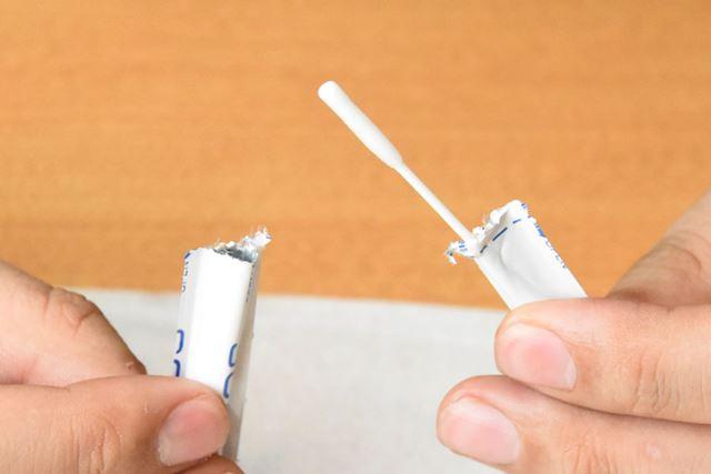 パッケージを中央の切り取り線から開けると、綿棒のようなスティックが出てきます