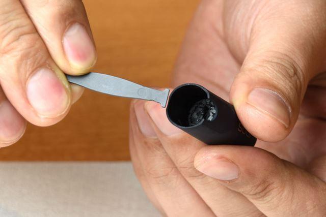 キャップ裏側の穴に「クリーニングフック」を挿し込みます