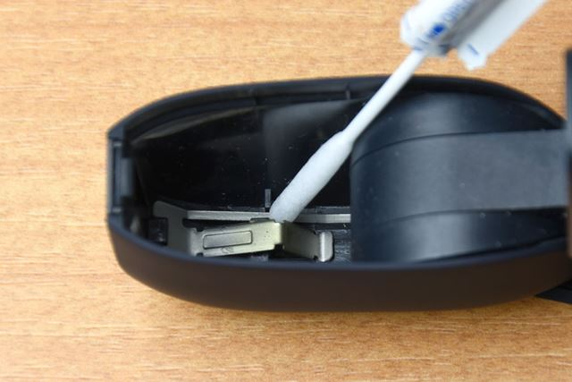 「IQOSクリーニングスティック」の先が、通常の綿棒より細いので、細かいところまでしっかり掃除できます