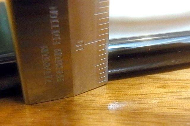 せっかくなので、チタンものさしで厚みを測ってみました