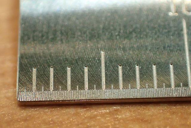 わずか10mmの世界の中に、0.1mmの溝が確かに刻まれています!