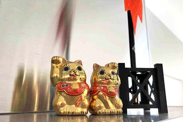 招き猫は人が見下ろさないような高い場所に飾ることが大切。伊勢神宮で購入した開運グッズと並べてパチリ