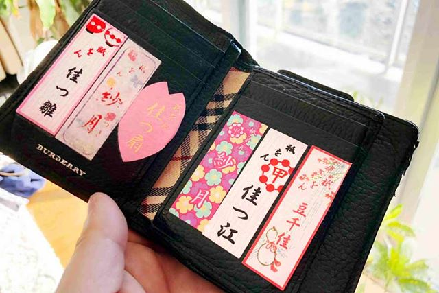 筆者の財布。金運がアップするようにと、おなじみの祇園甲部の芸舞妓の花名刺を貼り付けています
