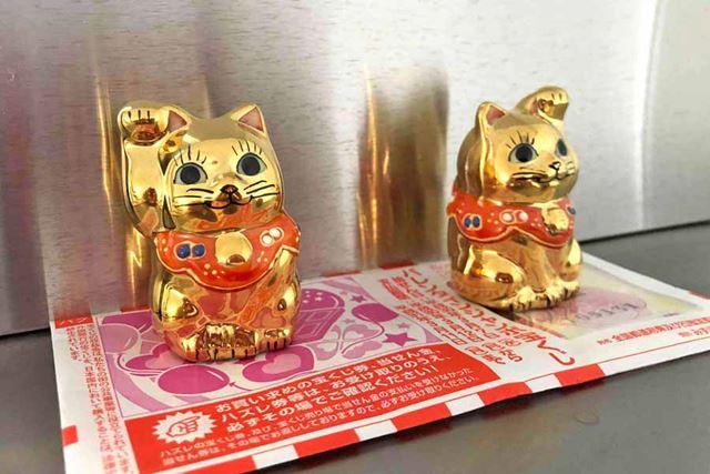 こちらは金色の招き猫です。なんとか金運をお招きください