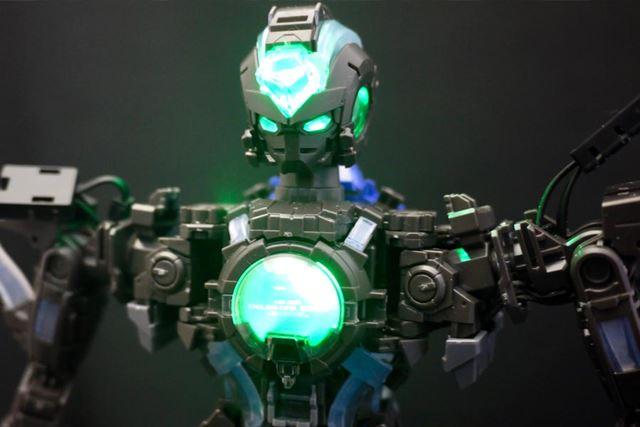 頭部と胸部がまず緑色に光りだします。起動状態の「緑」ですね
