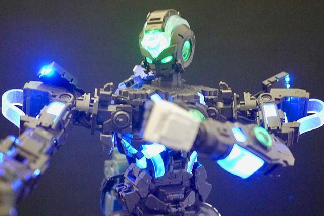 発光していても可動には問題なし。動かしながら光らせます