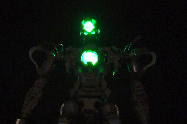 まずは頭部と胸部の発光です。クリアパーツごしの明かりになります