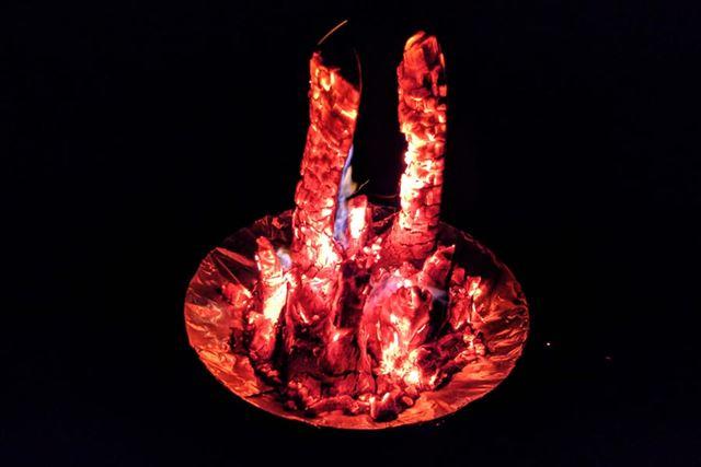 炭に残る火がとても神秘的で見とれてしまいました