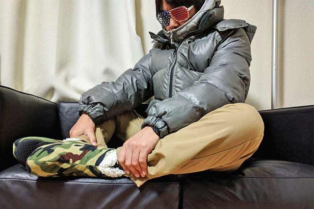 部屋の中では暖パンツにダウン重ね着です