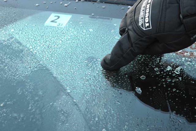 ガチガチに氷ったウィンドウの中でも、数ミリはあろうかという氷の塊が見られる部分を狙います