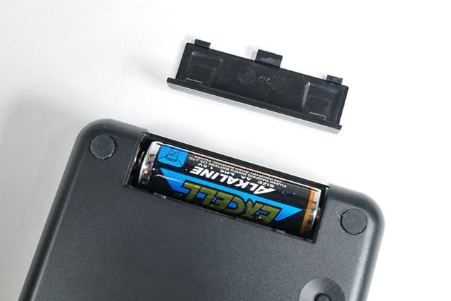 バッテリーは単3形乾電池1本。背面のフタを外して電池を入れます